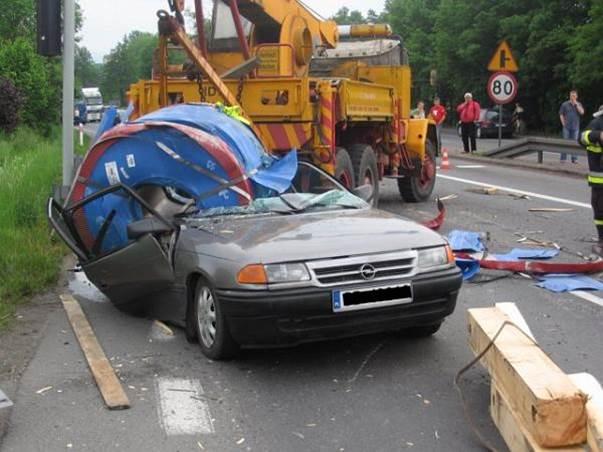 Blacha spadła z ciężarówki na samochód osobowy
